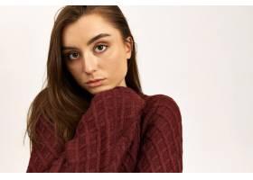 美丽的年轻女性画象有摆在隔绝的棕色头发的_11101756