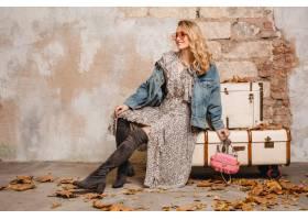 牛仔裤的可爱的时髦的白肤金发的妇女和走对_13869740