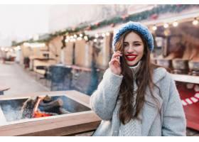 摆在圣诞节公平的羊毛灰色外套的壮观的深色_10112778