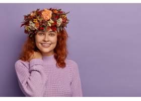 可爱的红头发女人笑着笑容触摸颈部健康_12701053