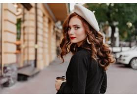 回教的法国贝雷帽的浪漫姜妇女享受秋天天_12018106