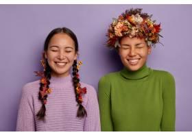 两个幸福的女人是最好的朋友玩得开心笑_12701781