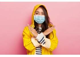 严肃的亚洲女孩制造停止或禁令姿态有传染_12836795