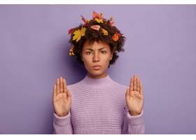 严肃的非洲裔美国女子皱眉脸上展示了停止_12701026