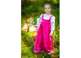Masha服装的女婴从动画片masha和熊的在秋天_11043770