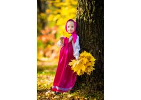 Masha服装的女婴从动画片masha和熊的在秋天_11043775