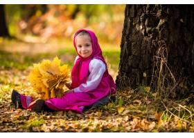 Masha服装的女婴从动画片masha和熊的在秋天_11043779