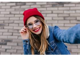 乐于接触她的太阳镜的华美的白种人女性模型_10656969