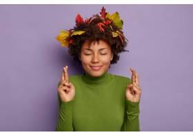 乐观的运气女人的形象穿过手指祝你好运或财_12700502