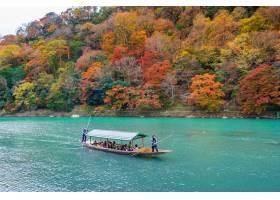 乘船在河上撞去的小船秋天季节的Arashiya_10695531