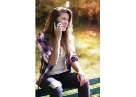 享受在秋天公园的妇女_12753335