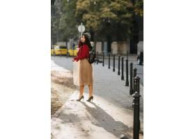 从典雅的帽子的热情黑发女人的全长肖像穿着_10905720