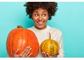 从秋天花园挑选的微笑的美国黑人妇女播种的_12698653