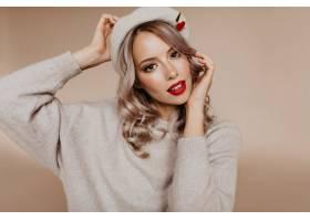 令人惊叹的棕色眼睛的女人摆在超大米色毛衣_12305387
