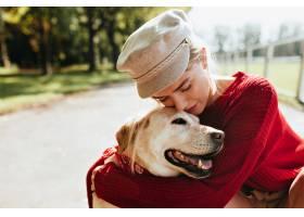 令人惊叹的金发女郎她心爱的狗花费时间在_12018420