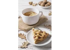 高角度美味馅饼切片和茶杯_10067883