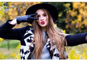 鬼混帽的壮观的夫人特写镜头画象鬼混在秋天_10068008