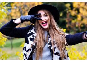 鬼混帽的壮观的夫人特写镜头画象鬼混在秋天_10068009