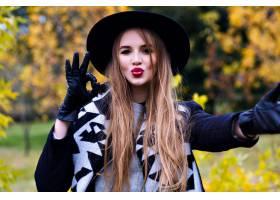 鬼混帽的壮观的夫人特写镜头画象鬼混在秋天_10068011