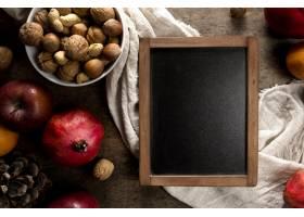 黑板顶视图有秋天果子和坚果的_10298188
