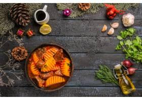 顶视图鲜美肉汤用在黑暗的书桌上的土豆_13458735