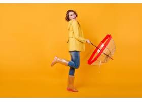 高兴的女孩全长照片时髦秋天夹克的站立在一_13601633