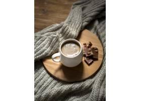 高角度咖啡和巧克力分类在木板上_9859159