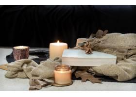 静物画在桌上一本书一支蜡烛在黑暗的沙_12651084