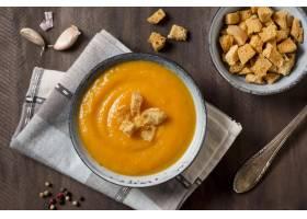顶视图南瓜奶油汤用油煎方型小面包片_10067866