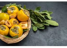 顶视图在篮子里面的新鲜的甜柿子在黑暗的地_13636029