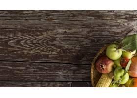顶视图在木背景的食物框架_10109024