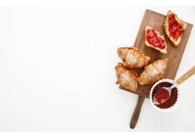 顶视图法式牛角面包和草莓果酱副本空间_9905818
