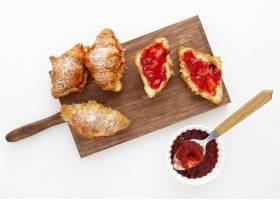 顶视图法式羊角面包和草莓酱_9905816