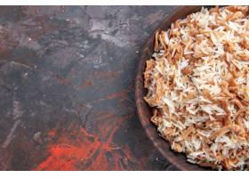 顶视图煮熟的米用面团切片在黑暗的表面盘膳_13667059