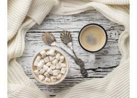 顶视图的咖啡和热可可粉用蛋白软糖_10752712