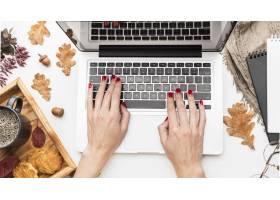 膝上型计算机顶视图有秋叶和咖啡的_9467073