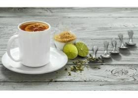 茶和匙子在一个美丽的白色木墙壁冬天秋_10377181