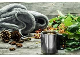 茶在一个美丽的木墙壁上的茶有冬天毛线衣_10377158