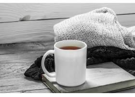 茶在美丽的木背景的茶与冬天毛线衣旧书_10107398