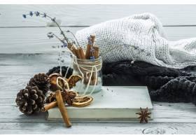 茶在美丽的木背景的茶与冬天毛线衣旧书_10108415