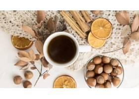 茶杯顶视图有秋叶和肉桂条的_10369433