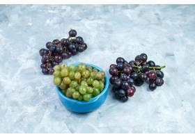 葡萄在碗高角度视图的束在脏的灰色背景_13786204