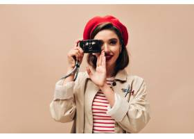 贝雷帽的巴黎人妇女在米黄背景拍照有黑发_13212439