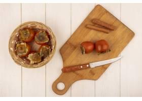 软和多汁的柿子顶视图在一个桶的与柿子在一_13667605