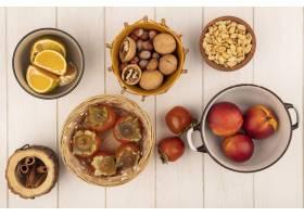 软和多汁的柿子顶视图在一个桶的有在一个碗_13667563