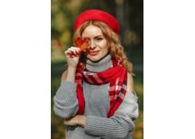 美丽的女人看一个红色贝雷帽的时髦的女孩_11755789