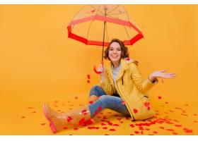 美丽的女孩室内照片笑笑当摆在与遮阳伞的_13602134