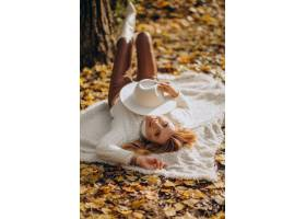 美丽的妇女在秋天公园_11599538