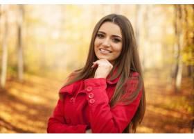 美丽的妇女画象在秋天时间的_10672521