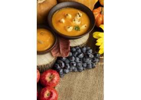 秋天食物汤和果子在粗麻布织物_9905959